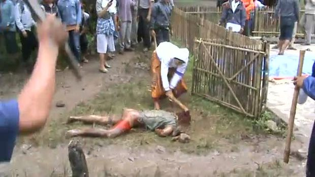 Indonesian muslim mob beats three ahmadis to death.jpg